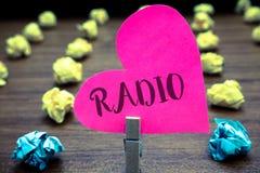 Nota di scrittura che mostra radio La foto di affari che montra l'attrezzatura elettronica utilizzata per ascoltare i programmi d Fotografie Stock