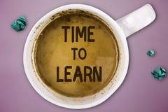 Nota di scrittura che mostra tempo di imparare Montrare della foto di affari ottiene la conoscenza nuova o l'abilità educativa o  fotografia stock