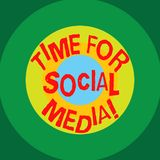 Nota di scrittura che mostra tempo per i media sociali Foto di affari che montra i nuovi amici di riunione che discutono gli argo illustrazione vettoriale