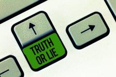 Nota di scrittura che mostra verità o bugia La foto di affari che montra la decisione fra essere dubbio Choice disonesto onesto d immagini stock libere da diritti