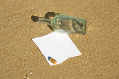 Nota die in een fles bij het strand wordt gevonden (schrijf tekst) Royalty-vrije Stock Foto's