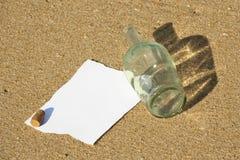 Nota die in een fles bij het strand wordt gevonden (schrijf tekst) Royalty-vrije Stock Afbeeldingen