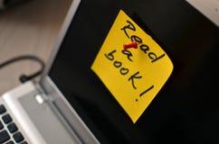 Nota divertida sobre una pantalla de la computadora portátil Imagen de archivo libre de regalías