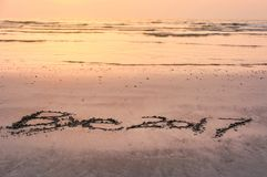 Nota do adeus 2017 escrita na areia Foto de Stock