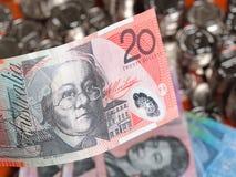 Nota do dólar vinte australiano na parte dianteira das moedas Imagens de Stock Royalty Free