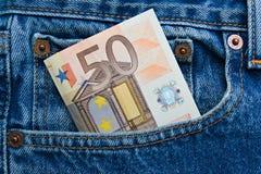 nota do euro 50 em um bolso de calças de ganga imagem de stock