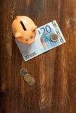 Nota do mealheiro e do euro vinte Fotografia de Stock Royalty Free