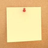 Nota do papel quadrado sobre a placa da cortiça Imagem de Stock