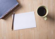 Nota do papel vazio com café e lápis na tabela de madeira Imagem de Stock Royalty Free