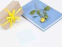 Nota do presente, do livro, da Rosa e de post-it Imagens de Stock