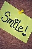 Nota do sorriso no quadro de anúncios imagem de stock royalty free