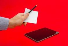 Nota e lápis como uma alternativa às tabuletas do moder fotos de stock