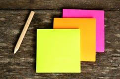 Nota e lápis de post-it Fotografia de Stock