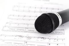 Nota e microfono di musica Fotografie Stock Libere da Diritti