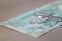Nota e moedas de dez dirhams Imagens de Stock