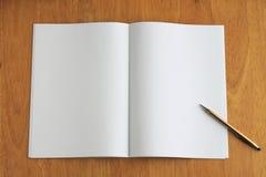 Nota e penna sullo scrittorio di legno Immagini Stock