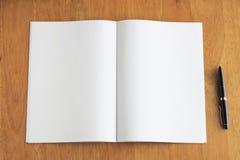Nota e penna sullo scrittorio di legno Fotografia Stock Libera da Diritti