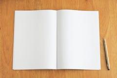 Nota e penna sullo scrittorio di legno Immagini Stock Libere da Diritti