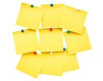 Nota e pino vazios amarelos pegajosos no isolado Foto de Stock