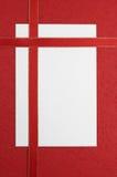 Nota em branco branca com fita vermelha Fotografia de Stock Royalty Free