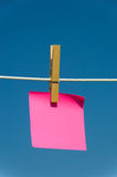Nota em um clothesline Imagens de Stock Royalty Free