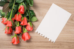 Nota en blanco con la rosa del rojo Imagen de archivo