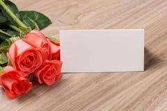 Nota en blanco con la rosa del rojo Foto de archivo libre de regalías