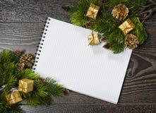 Nota en blanco de la Navidad con el lugar para su texto Fotos de archivo