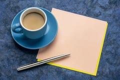 Nota en blanco del recordatorio con café fotos de archivo