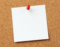 Nota en blanco en el corkboard fotografía de archivo libre de regalías