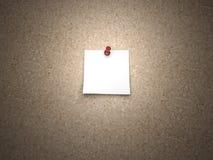 Nota en blanco fijada en una tarjeta del corcho Fotografía de archivo libre de regalías