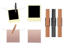 Nota en blanco, polaroid con los clothespins Imágenes de archivo libres de regalías