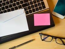 Nota en blanco rosada sobre la tabla imagen de archivo libre de regalías