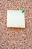 Nota en blanco sobre un corkboard Fotografía de archivo