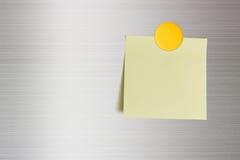 Nota en blanco sobre una puerta del refrigerador, espacio de la copia para dejar mensajes imagen de archivo