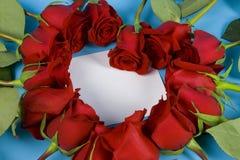 Nota en el corazón de la rosa Fotografía de archivo