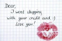 Nota - eu fui comprar com seu cartão de crédito com beijo imagem de stock royalty free