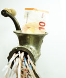 Nota euro en una máquina para picar carne Foto de archivo libre de regalías