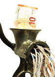 Nota euro en una máquina para picar carne Foto de archivo