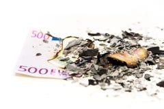Nota euro quemada en ceniza Imagenes de archivo