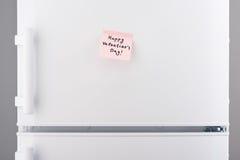Nota feliz del día de tarjetas del día de San Valentín sobre la puerta blanca del refrigerador Foto de archivo