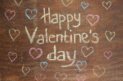 Nota feliz do dia de Valentim no fundo de madeira Fotografia de Stock Royalty Free