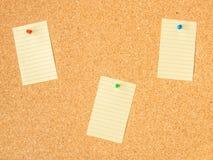 Nota fijada del tablero tres del corcho imagen de archivo libre de regalías