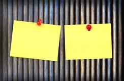 Nota gialla su priorità bassa di legno Fotografia Stock Libera da Diritti