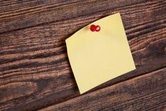 Nota gialla su un bordo di legno Fotografia Stock Libera da Diritti