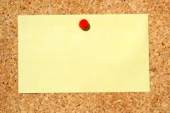 Nota gialla su una scheda di avviso Fotografia Stock Libera da Diritti