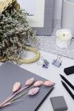 Nota gris con el marco, las flores blancas y los lápices imágenes de archivo libres de regalías