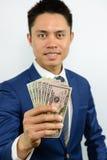 Nota levando da moeda da mão espalhada para fora Fotografia de Stock Royalty Free