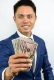 Nota levando da moeda da mão espalhada para fora Foto de Stock Royalty Free