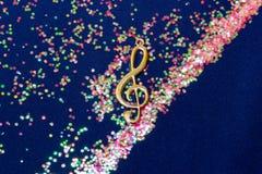 Nota musical brillante abstracta sobre fondo azul Fotos de archivo